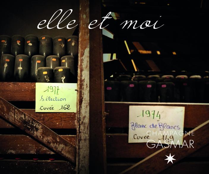 Dans l'oenothèque un tas de bouteilles de champagne sur pointe avec nos années de naissance.